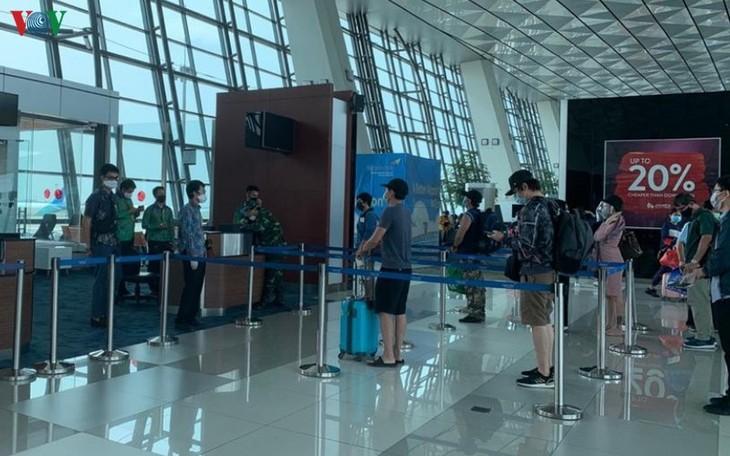 105 Vietnamese repatriated from Indonesia amid COVID-19 - ảnh 1