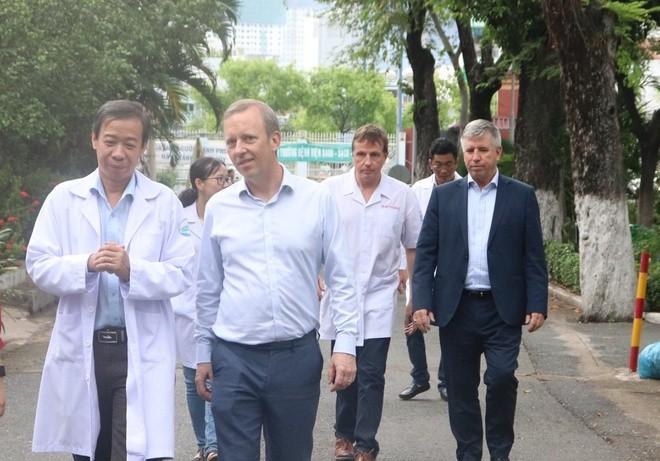 Ambassador thanks Vietnam for saving British patient  - ảnh 1