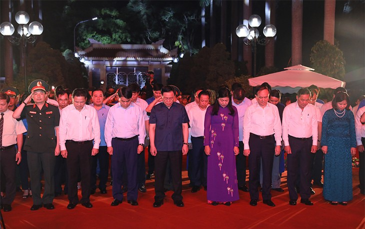 Leaders pay tribute to war martyrs, invalids, national contributors - ảnh 2