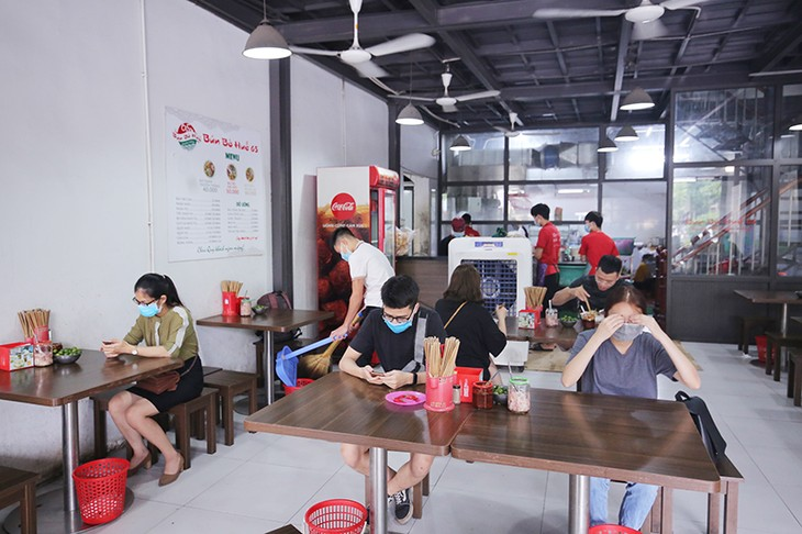 Restaurants, cafes in Hanoi take COVID-19 preventive measures  - ảnh 1
