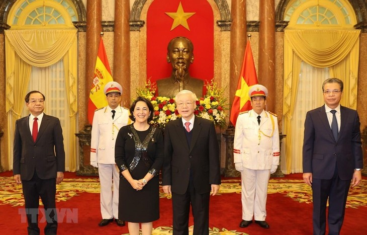 Party Chief and President receives credentials of foreign ambassadors - ảnh 1