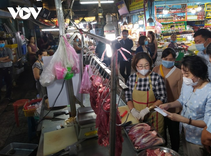 Many supermarkets, traditional markets reopen on the second day of Tet - ảnh 1