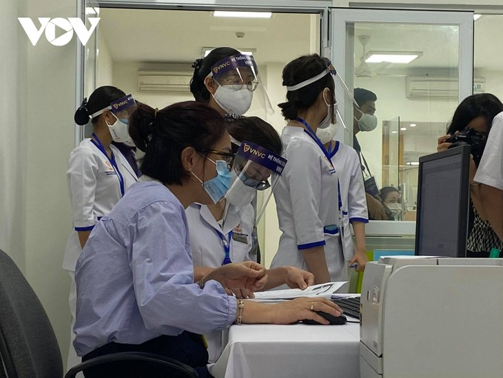 Vietnam begins COVID-19 vaccinations  - ảnh 2