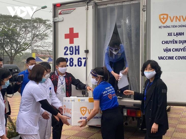 Vietnam begins COVID-19 vaccinations  - ảnh 1