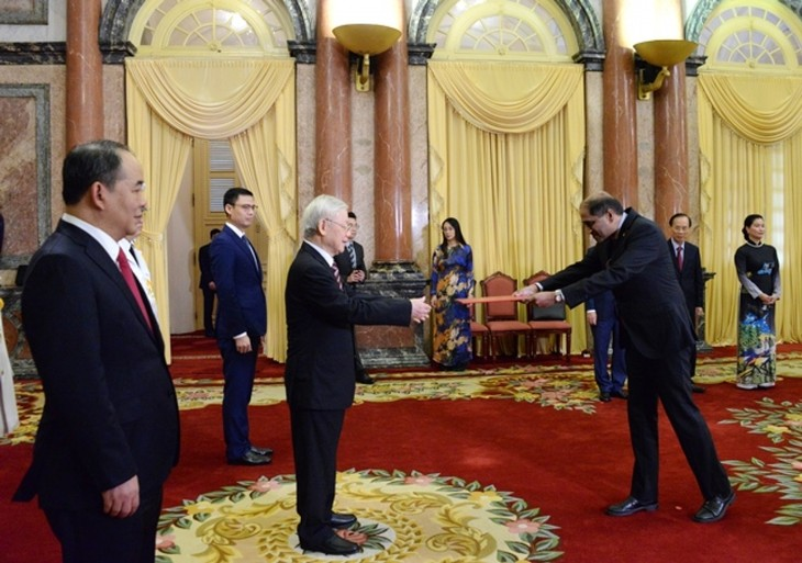 Party chief and President receives credentials from foreign ambassadors  - ảnh 2