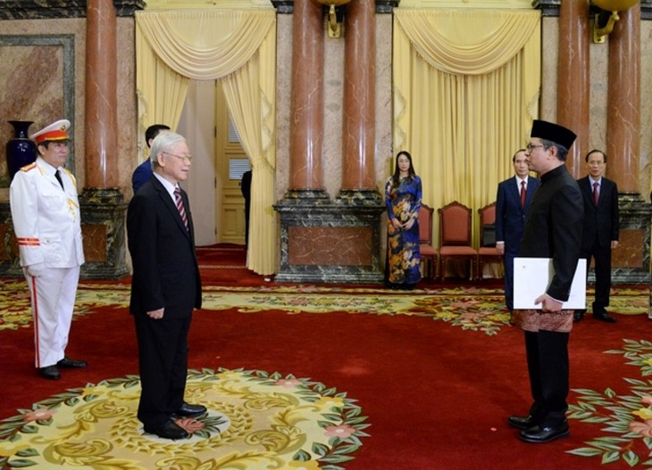 Party chief and President receives credentials from foreign ambassadors  - ảnh 3