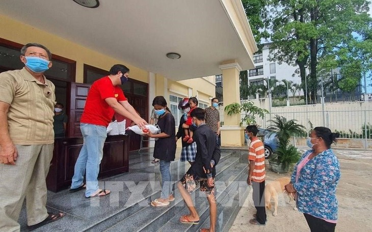 Vietnam Consulate General helps people affected by COVID-19 in Cambodia  - ảnh 1