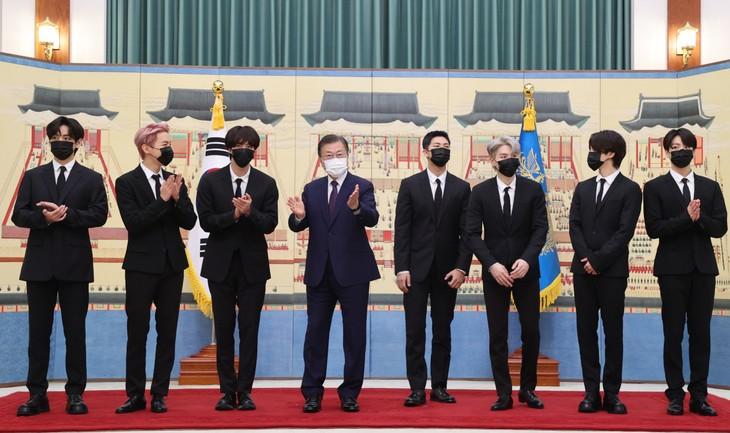 K-pop BTS group appointed South Korea presidential special envoys  - ảnh 1