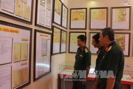 """""""黄沙长沙归属越南—历史和法理证据""""地图和资料展在芹苴市举行 - ảnh 1"""