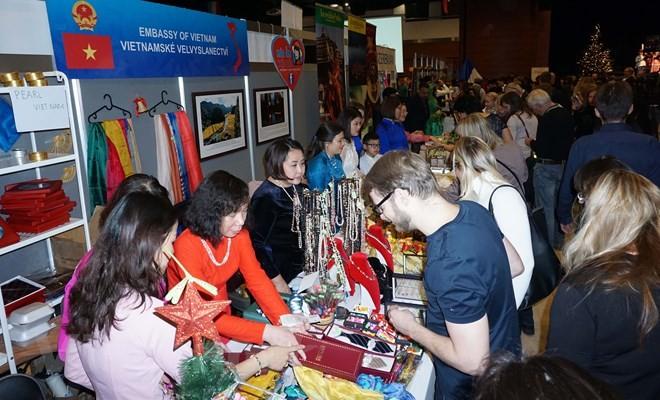 2018年布拉格圣诞慈善义卖活动推介越南蚕丝产品 - ảnh 1