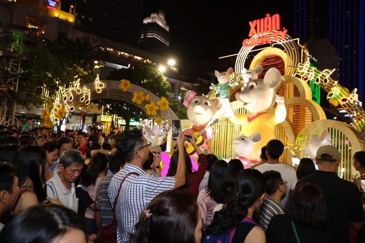 胡志明市阮惠花街吸引众多游客 - ảnh 1