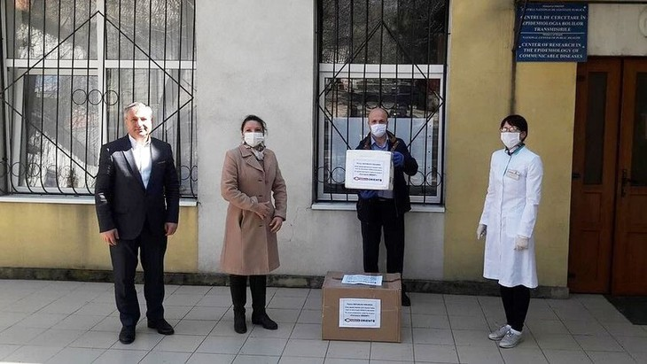 海外越南人制药厂向摩尔多瓦捐赠六百个新冠病毒检测试剂盒 - ảnh 1