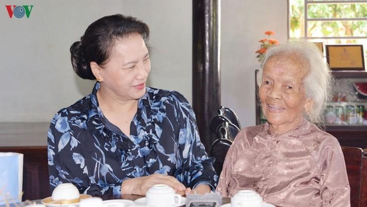 越南国会主席阮氏金银向巴地头顿省政策优抚家庭赠送礼物 - ảnh 1