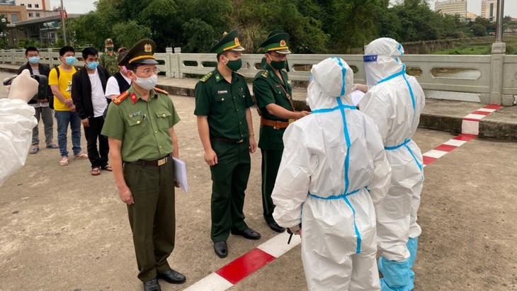 向中国广西壮族自治区移交非法入境越南的4名中国公民 - ảnh 1