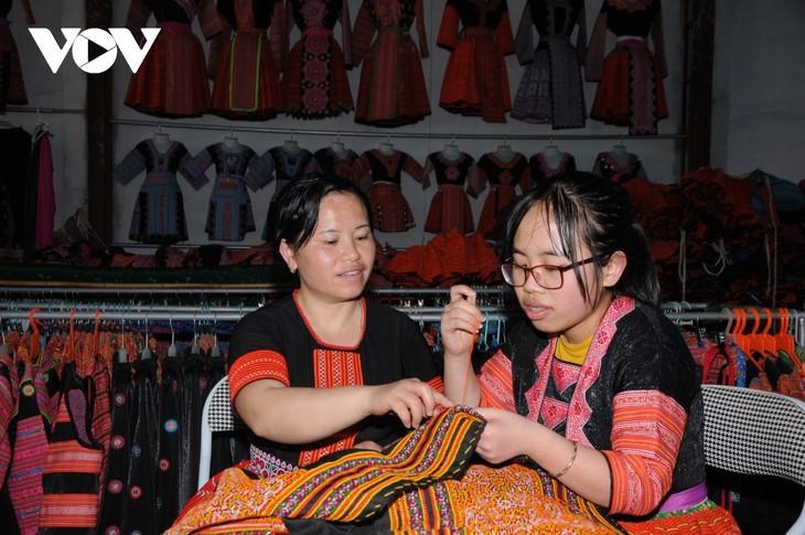 山萝省云湖县保护赫蒙族同胞的民族服装缝纫和刺绣业 - ảnh 1