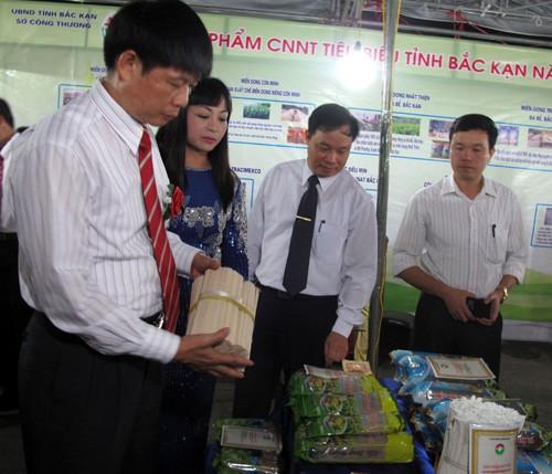 Провинция Баккан выдала удостоверения о проведении 13 торговых ярмарок в 2016 году - ảnh 1