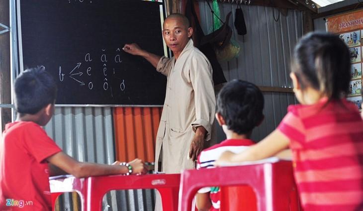 Обучение алфавиту детей, проживающих в домиках на плоту в районе водохранилища ГЭС Чиан - ảnh 2