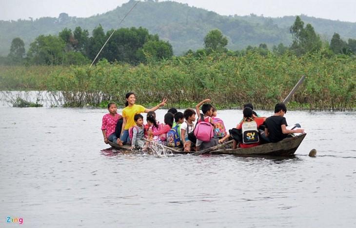 Обучение алфавиту детей, проживающих в домиках на плоту в районе водохранилища ГЭС Чиан - ảnh 4