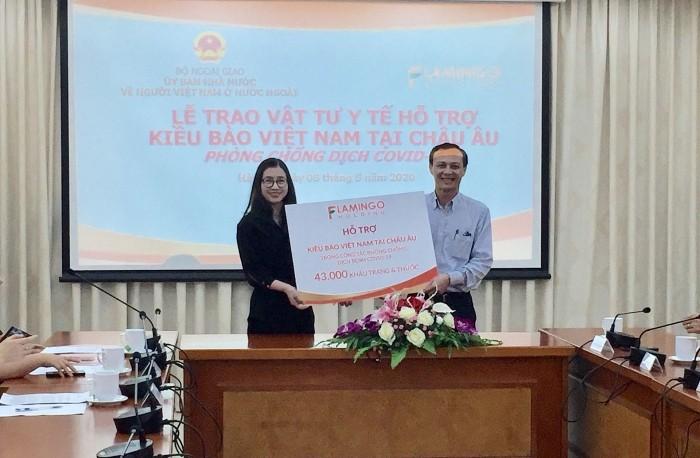 МИД СРВ принял партии медоборудования для поддержки вьетнамцев, проживающих в Европе в борьбе с COVID-19 - ảnh 1