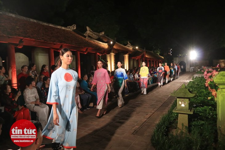 В Ханое прошёл вечерний показ «Аозай – культурное наследие Вьетнама» - ảnh 1