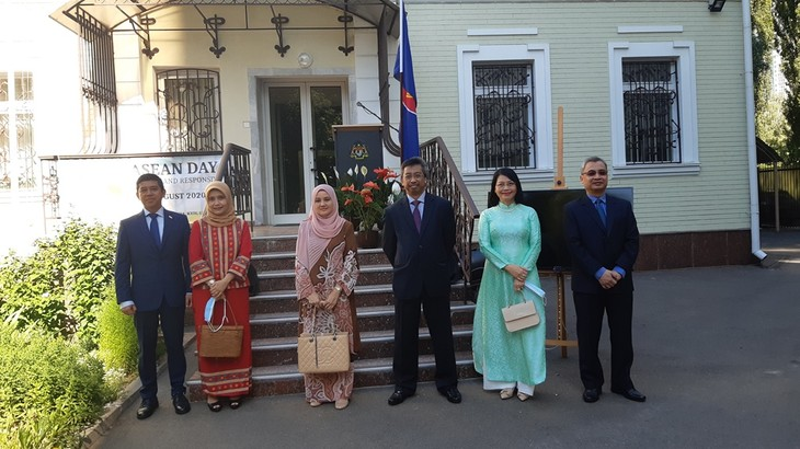 На Украине прошла церемония поднятия флага АСЕАН по случаю 53-й годовщины основания ассоциации - ảnh 1
