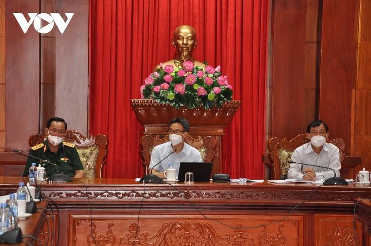 Вице-премьер Вьетнама Ву Дык Дам провел рабочую встречу с руководством провинции Тиензянг по борьбе с коронавирусом - ảnh 1