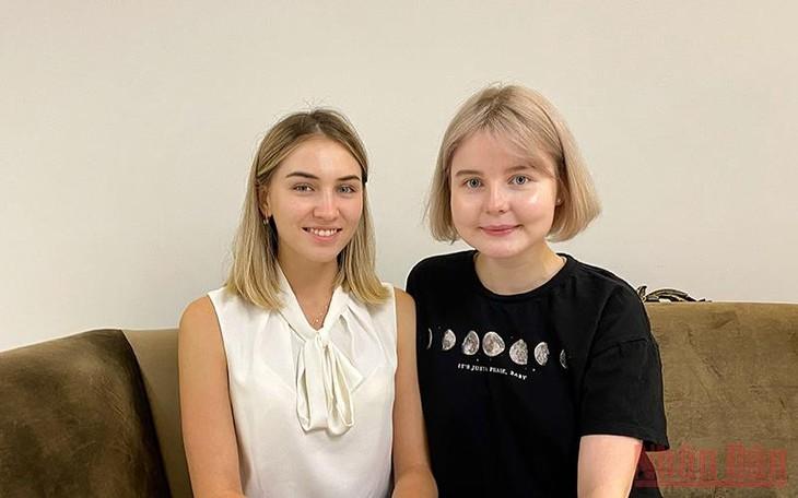 За кулисами АрМИ 2021: Российские переводчицы укрепляют вьетнамско-российскую дружбу - ảnh 1