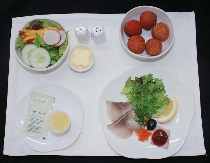 Fresh litchi served on Vietnam Airlines' flights  - ảnh 1