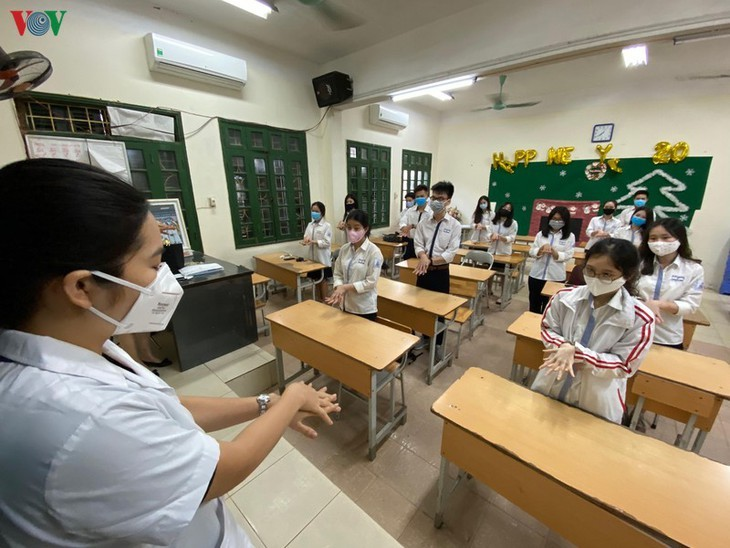 Hanoi students back to school after COVID-19 break - ảnh 12