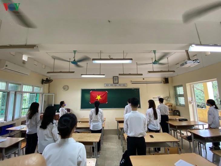 Hanoi students back to school after COVID-19 break - ảnh 13