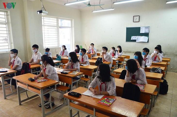 Hanoi students back to school after COVID-19 break - ảnh 14