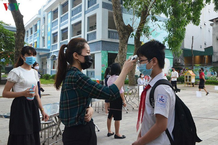 Hanoi students back to school after COVID-19 break - ảnh 15