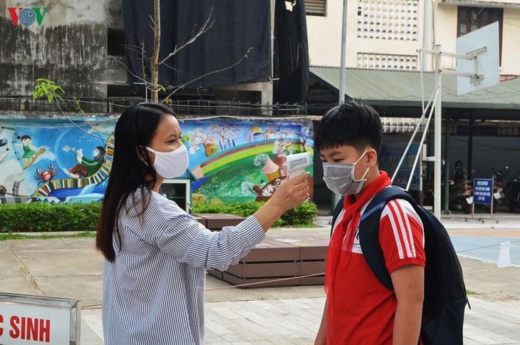 Hanoi students back to school after COVID-19 break - ảnh 16