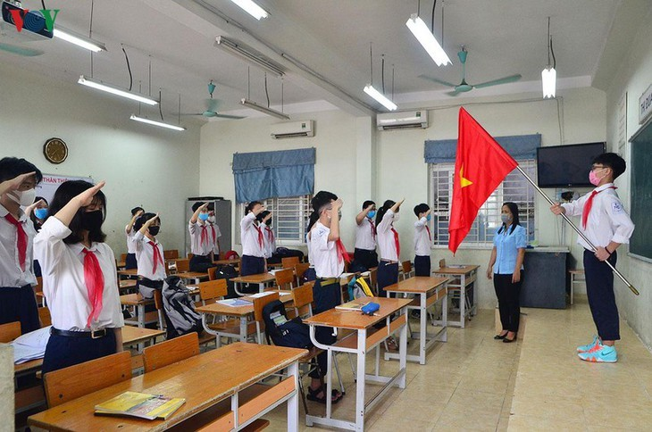 Hanoi students back to school after COVID-19 break - ảnh 17
