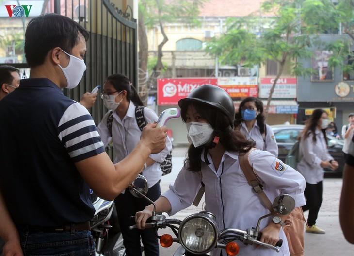 Hanoi students back to school after COVID-19 break - ảnh 2