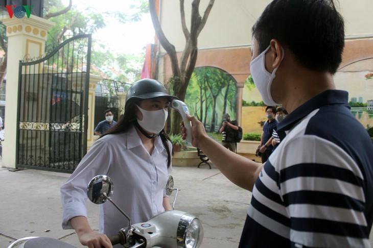 Hanoi students back to school after COVID-19 break - ảnh 3
