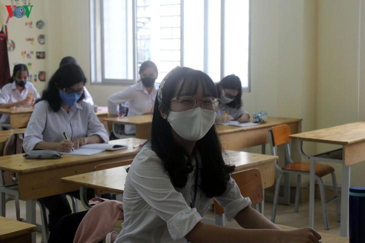 Hanoi students back to school after COVID-19 break - ảnh 7