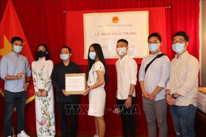 50,000 face masks presented to Vietnamese community in Canada - ảnh 1