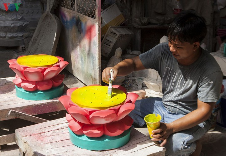 Century-old craft village specialises in Buddha statues in HCM City - ảnh 15