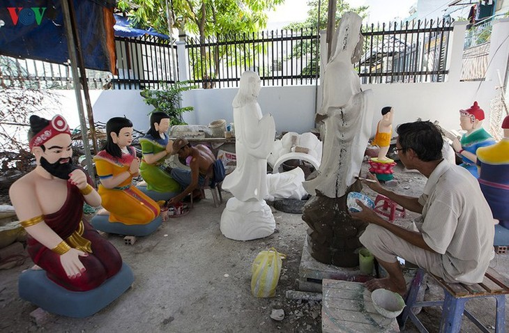 Century-old craft village specialises in Buddha statues in HCM City - ảnh 1