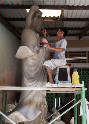 Century-old craft village specialises in Buddha statues in HCM City - ảnh 3