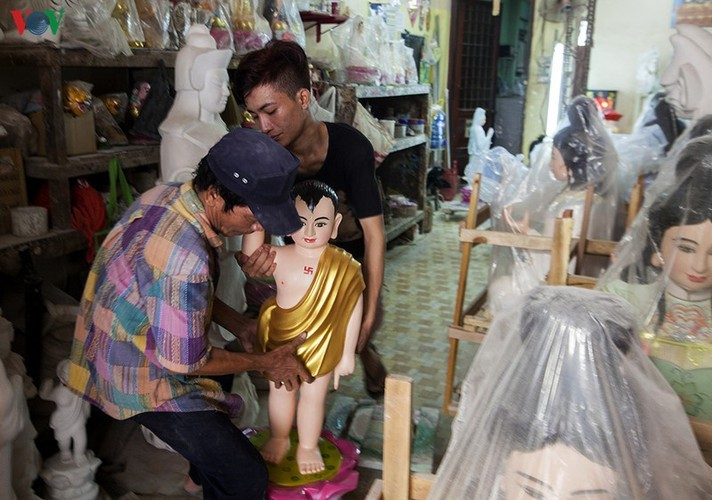 Century-old craft village specialises in Buddha statues in HCM City - ảnh 8