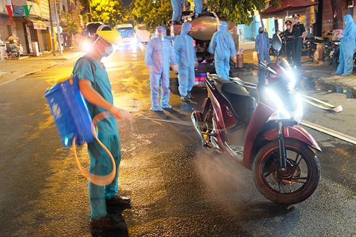 Military forces disinfect Da Nang coronavirus hotspot - ảnh 3