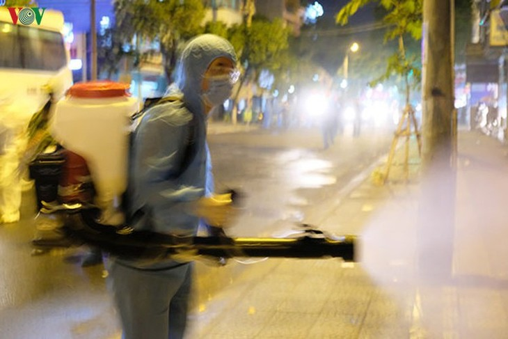 Military forces disinfect Da Nang coronavirus hotspot - ảnh 4