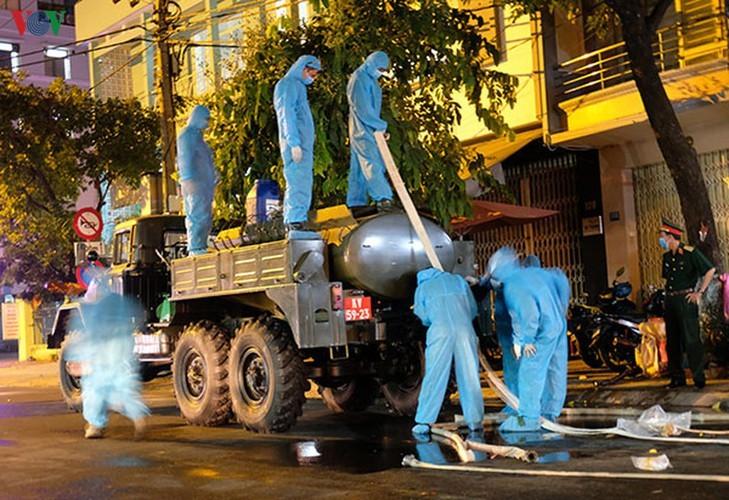 Military forces disinfect Da Nang coronavirus hotspot - ảnh 7