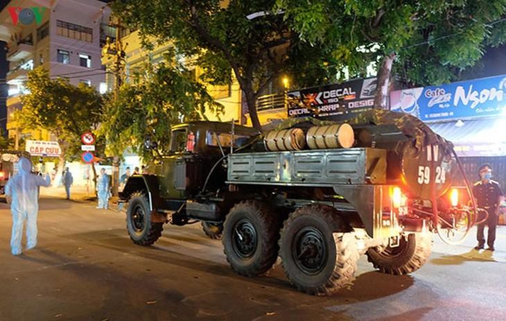 Military forces disinfect Da Nang coronavirus hotspot - ảnh 8