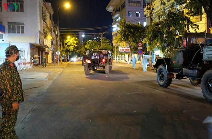 Military forces disinfect Da Nang coronavirus hotspot - ảnh 9