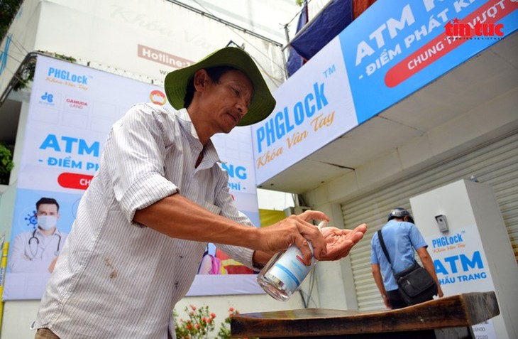 """Free """"face mask ATM"""" comes into operation in HCM City - ảnh 3"""