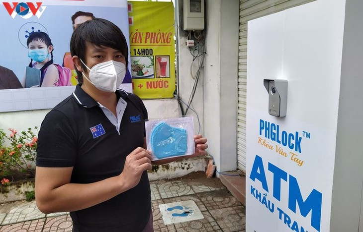 """Free """"face mask ATM"""" comes into operation in HCM City - ảnh 6"""