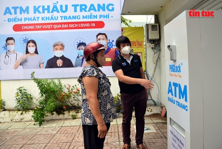 """Free """"face mask ATM"""" comes into operation in HCM City - ảnh 8"""